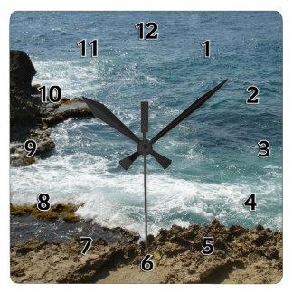 La playa resuelve el océano reloj cuadrado
