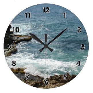 La playa resuelve el océano reloj redondo grande