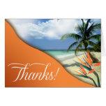 La playa tropical de las aguas de la esmeralda le tarjeta pequeña