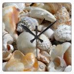 La playa tropical descasca el reloj de pared de la
