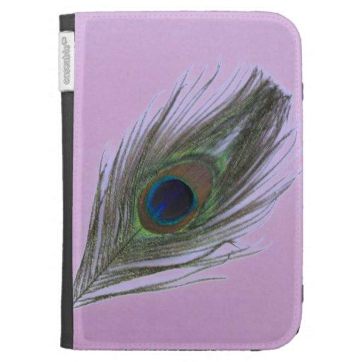 La pluma del pavo real de la lila en lila enciende