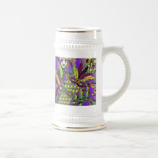 La pluma psicodélica del carnaval enmascara la cer taza de café