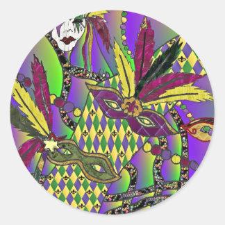 La pluma psicodélica del carnaval enmascara la pegatina redonda