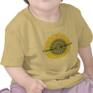 La poca sol de la abuela con diseño del girasol camiseta
