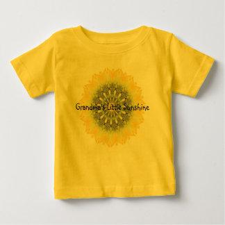 La poca sol de la abuela con diseño del girasol playera de bebé