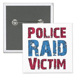 La policía ataca a la víctima pin