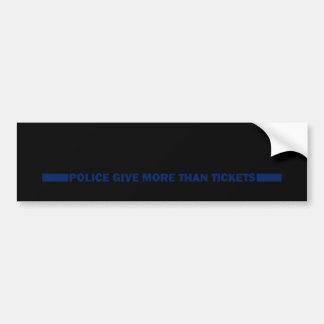 La policía da más que boletos etiqueta de parachoque