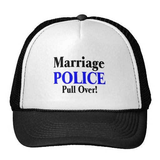 La policía de la boda tira encima gorros