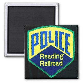 La policía del ferrocarril de la lectura remienda imán cuadrado