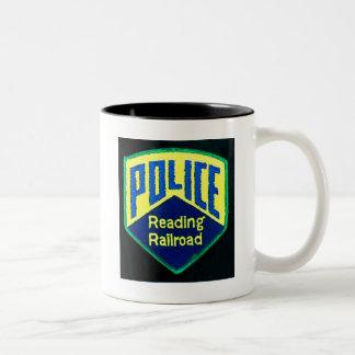 La policía del ferrocarril de la lectura remienda taza dos tonos