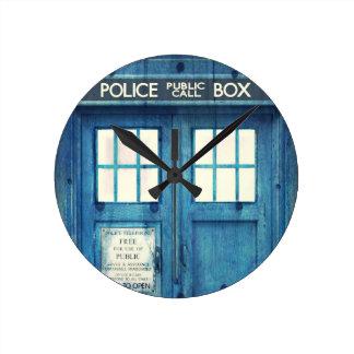 La policía del vintage llama por teléfono a la caj reloj redondo mediano