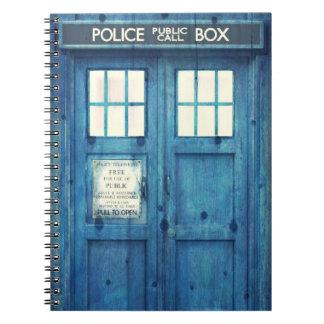 La policía del vintage llama por teléfono a la caj spiral notebook