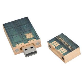 La policía del vintage llama por teléfono a la pen drive de madera USB 2.0