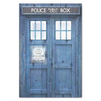 La policía divertida llama por teléfono a la caja