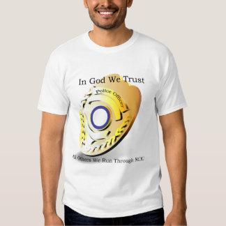 La policía Humor - en dios confiamos en Camisas