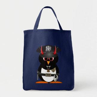 La policía malvada del pingüino empaqueta bolsa tela para la compra