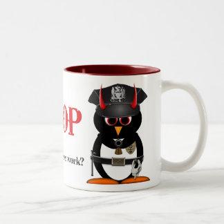 ¡La policía malvada del pingüino PARA! Taza De Dos Tonos