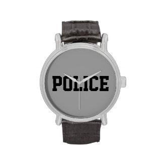 La policía mira relojes