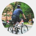 La policía monta en bicicleta a la patrulla etiquetas redondas