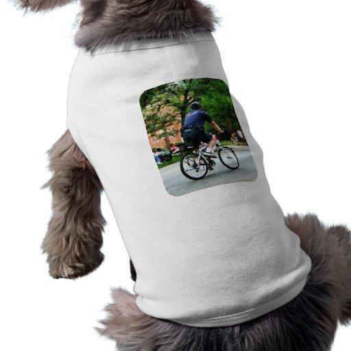 La policía monta en bicicleta a la patrulla camisas de mascota