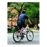 La policía monta en bicicleta a la patrulla tarjetas postales