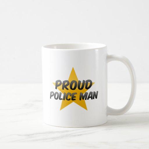 La policía orgullosa sirve taza