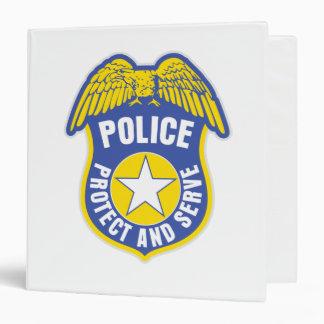 La policía protege y sirve la insignia