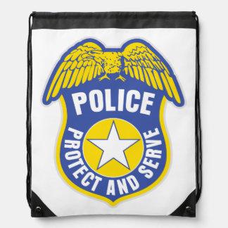 La policía protege y sirve la insignia mochilas