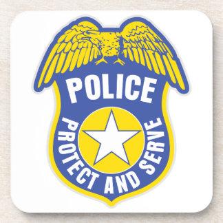 La policía protege y sirve la insignia posavasos de bebida