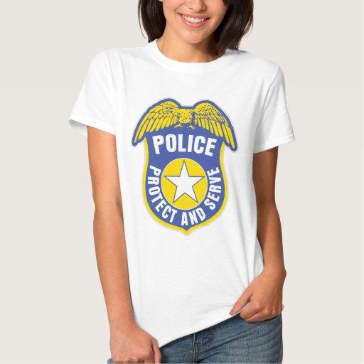 La policía protege y sirve la insignia tshirts