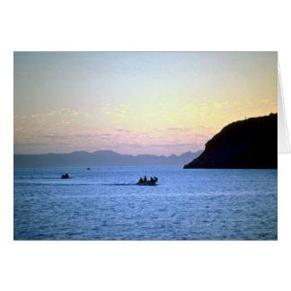La posluminiscencia de la puesta del sol, bote peq tarjeta de felicitación