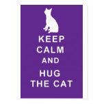 La postal del gato guarda calma y abraza el gato
