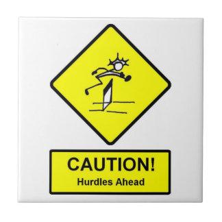 La precaución valla a continuación atletismo de la azulejo cuadrado pequeño