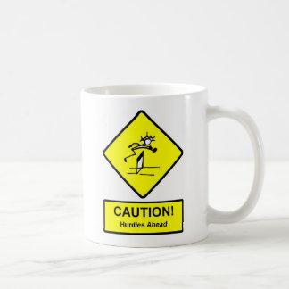 La precaución valla a continuación atletismo de la taza de café