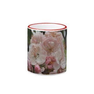 La primavera de los flores de Apple está aquí Taza De Dos Colores