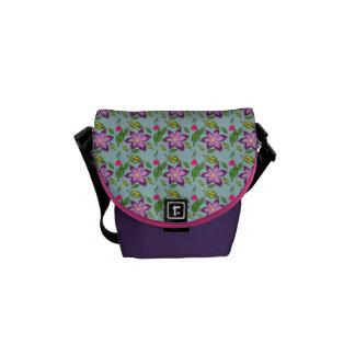 La primavera florece - en púrpura, la lila y el bolsa de mensajería