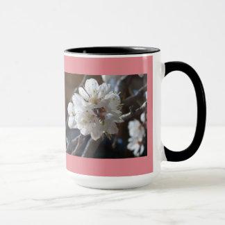 La primavera florece taza