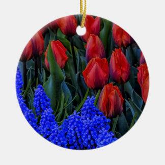 La primavera hermosa del tulipán florece la foto adorno redondo de cerámica