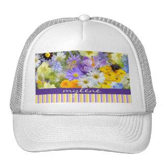 La primavera hermosa florece el amarillo violeta d gorro de camionero