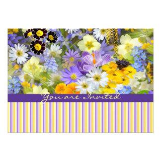 La primavera hermosa florece el amarillo violeta d comunicado personalizado