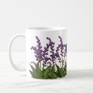 La primavera púrpura de la lavanda florece la taza