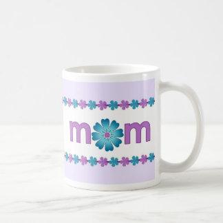 La primavera púrpura del día de madre florece la taza