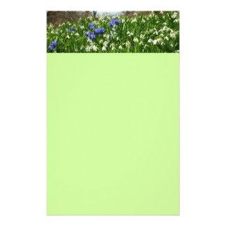 La primavera temprana florece los efectos de escri papelería de diseño