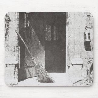 La puerta abierta, marzo de 1843 (foto de b/w) alfombrillas de ratones