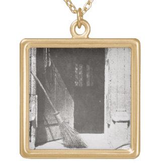 La puerta abierta, marzo de 1843 (foto de b/w) colgante cuadrado