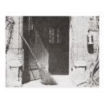 La puerta abierta, marzo de 1843 (foto de b/w) postales