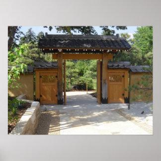 La puerta de jardín cerca del japonés cultiva un h póster