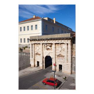 La puerta de la tierra a la ciudad vieja de Zadar Fotografías