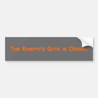 La puerta del enemigo está abajo etiqueta de parachoque