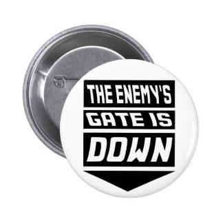 La puerta del enemigo está abajo pin redondo de 2 pulgadas